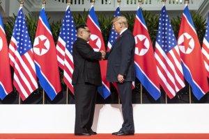פגישת נשיא ארה״ב, דונאלד טראמפ ומנהיג צפון קוריאה, קים ג׳ונג-און. הפסגה נערכה בסינגפור והביאה להבנות בסיסיות בין המדינות