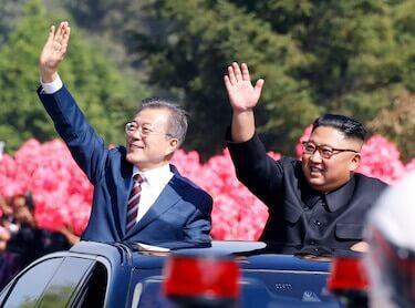 נשיא דרום קוריאה מון ג׳ה-אין ונשיא צפון קוריאה קים ג׳ונג און בנסיעה ברחובות פיוניאנג בירת צפון קוריאה