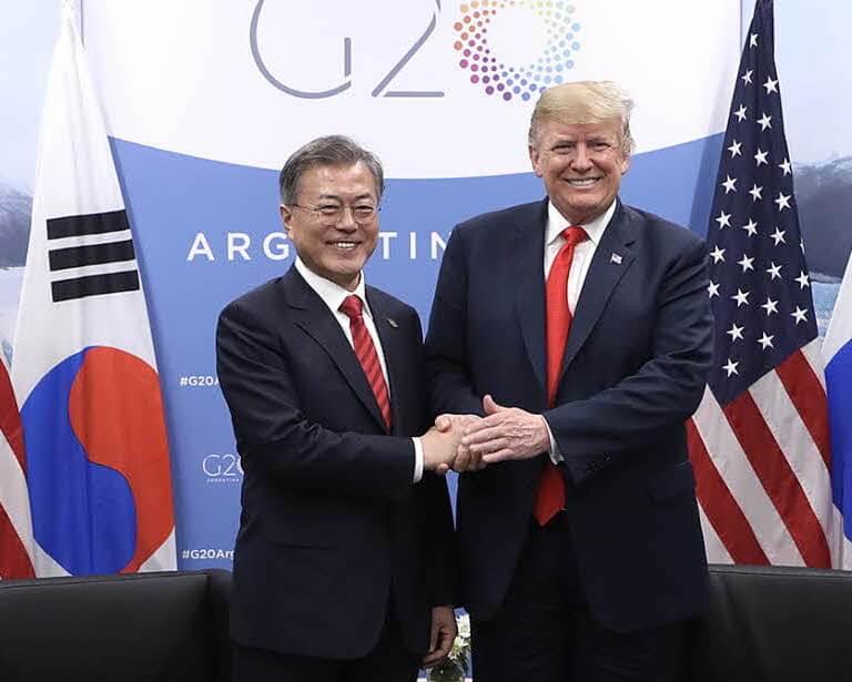 נשיא דרום קוריאה מון ג׳ה-אין ונשיא ארצות הברית דונלד טראמפ בועידת ה G-20 בארגנטינה