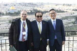 """יו""""ר האסיפה הלאומית של קוריאה, מון הי סאנג במהלך ביקור בישראל, בתמונה עם שגריר קוריאה בישראל ושגריר ישראל בקוריאה מר חיים חושן"""