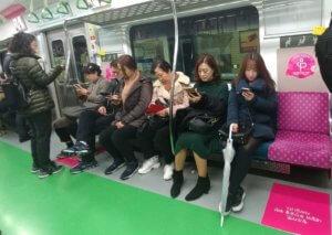 קוריאנים משחקים ברכבת תחתית - אין גיל למשחקים בקוריאה