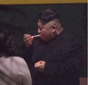 קים ג׳ונג און, נשיא צפון קוריאה לוקח הפסקת סיגריה במהלך המסע לויאטנם לפגישה עם נשיא ארה״ב דונלד טראמפ