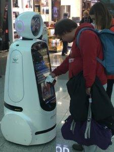 רובוט חכם בשדה התעופה אינצ׳און עוזר לזוג תיירים להתמצא בשדה התעופה המוביל בדרום קוריאה